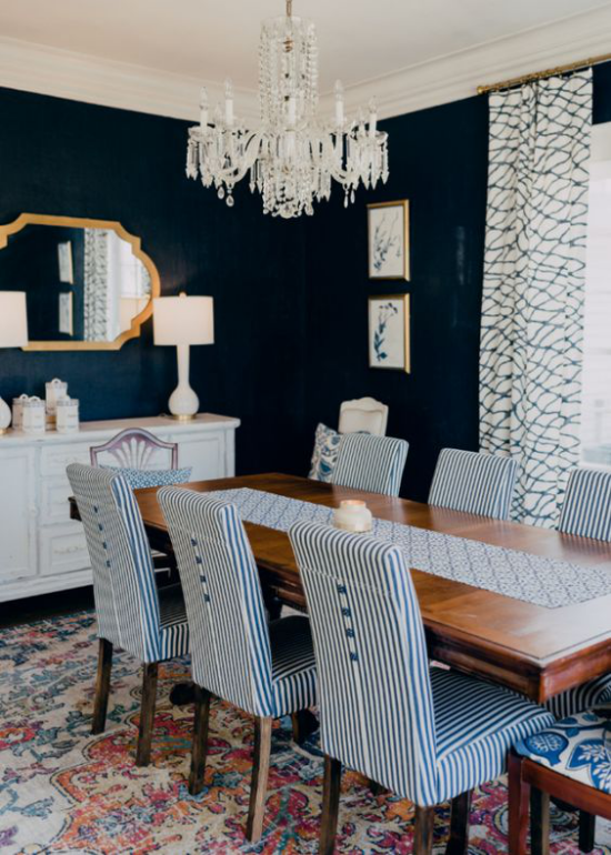 Farbpaare nettes Esszimmer blau-weiß gestreifte Stuhlüberzüge Mitternachtsblau auf der Wand weiße Kommode Lampe Kronleuchter
