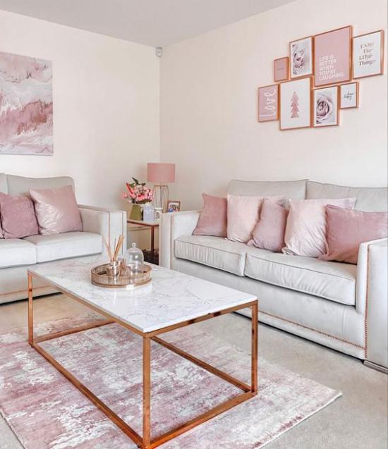 Farbpaare perfektes romantisches Wohnzimmer in Rosa und Weiß Sofa Kaffeetisch Teppich Wandbilder rosa Lampe in der Ecke
