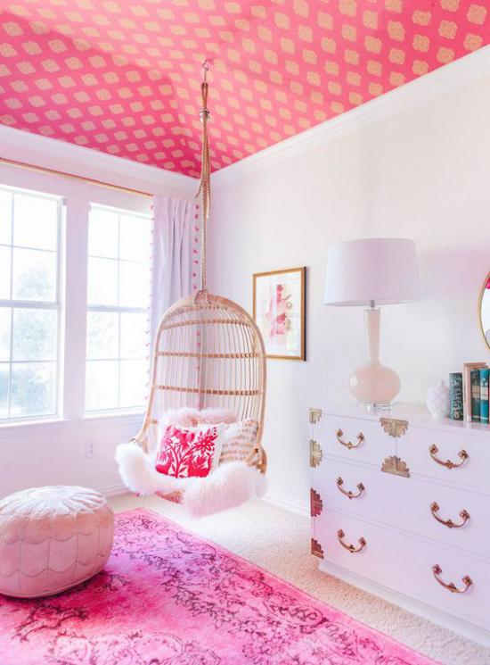 Farbpaare rosa gestaltetes Mädchenzimmer sehr romantisch rosa und weiß gemischt Hängesessel Relax pur