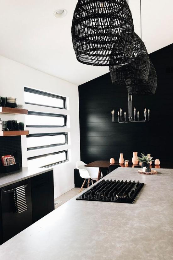 Farbpaare stilvolle Wohnküche in schwarz-weiß Schränke schwarze Hängelampen