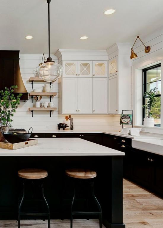Farbpaare weiße Küchenschränke oben weiße Kücheninselplatte schwarze Unterschränke helles Holz sehr stilvolle Raumgestaltung