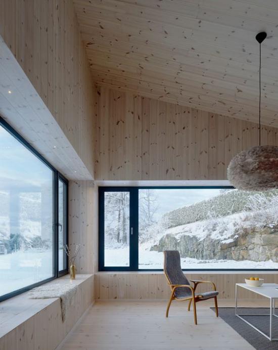 Helles Holz im Interieur All-Over-Holz Look großer Raum weite Fenster schöner Blick draußen