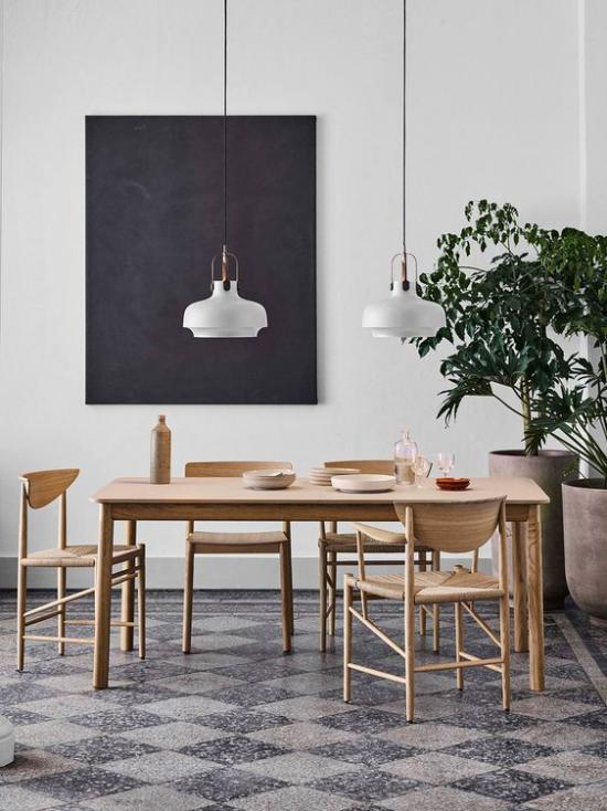 Helles Holz im Interieur Esstisch Stühle schwarz weiß Farbkontraste