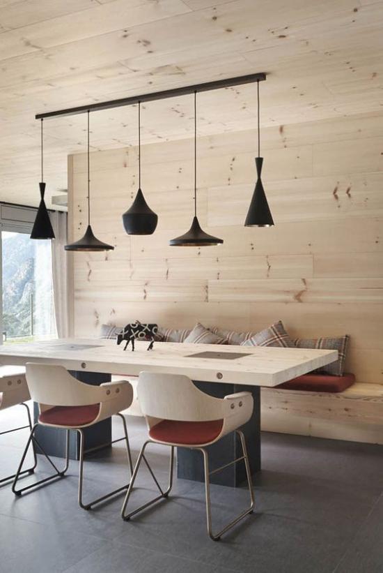 Helles Holz im Interieur Esszimmer Esstisch Stühle Bank Wand mit hellem Holz verkleidet Hängelampen