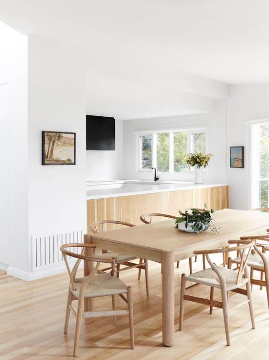 Helles Holz im Interieur Esszimmer Küche Esstisch Stühle Kücheninsel Boden sehr gemütliche Raumatmosphäre