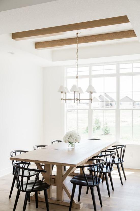 Helles Holz im Interieur Esszimmer schicke Sitzmöbel Hängelampe Deckenbalken