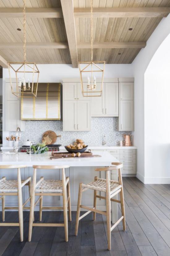 Helles Holz im Interieur Holzdecke weitere Wohnaccessoires Küche Esszimmer moderne Kronleuchter