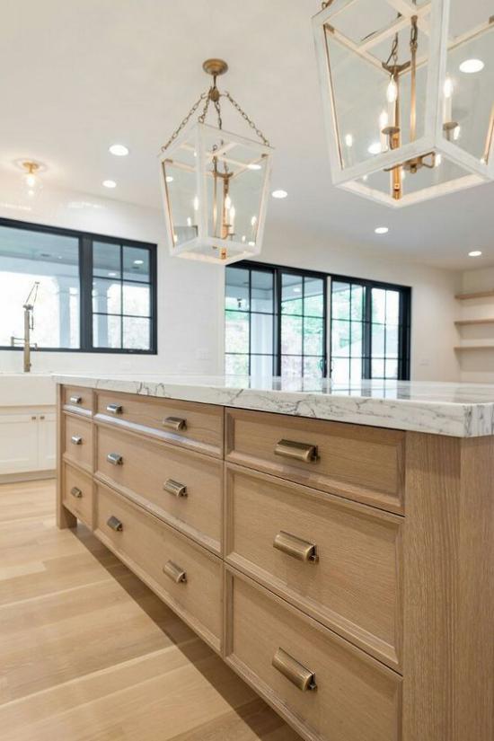 Helles Holz im Interieur Kücheninsel Platte aus weißem Marmor Hängelampen erstklassiges Design