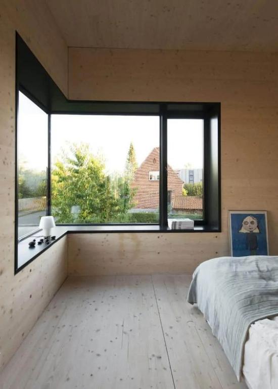 Helles Holz im Interieur Schlafzimmer großes Eckfenster Bodenbelag aus hellem Holz Maserung
