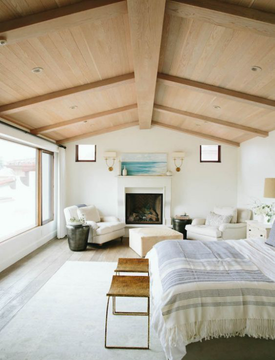 Helles Holz im Interieur Schlafzimmer im Landhausstil Zimmerdecke mit Holz verkleidet
