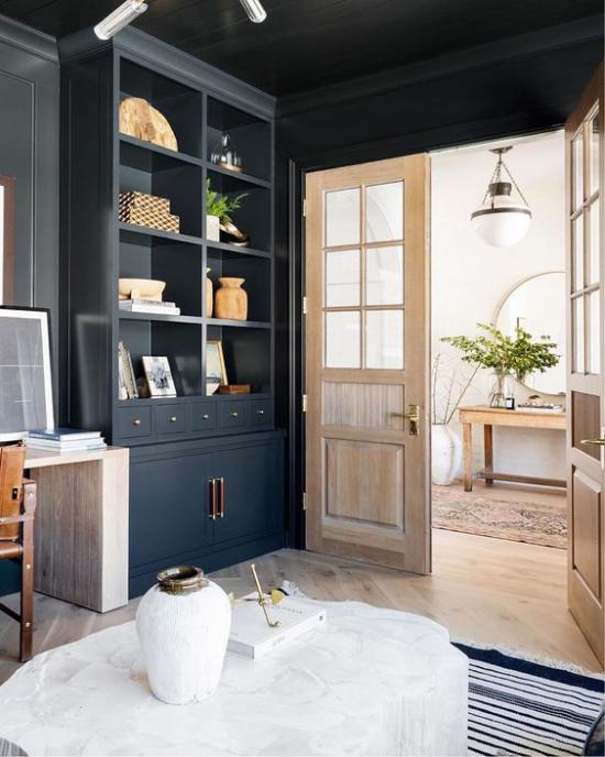 Helles Holz im Interieur Wohnzimmer Kontraste schwarzer Schrank schwarze Wandfarbe