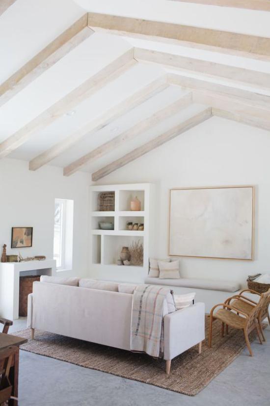 Helles Holz im Interieur Wohnzimmer im Landhausstil Holzbalken graue Polstermöbel