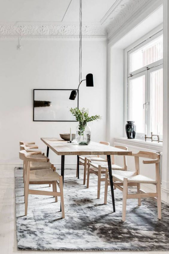 Helles Holz im Interieur ansprechendes Esszimmer schicke Möbel weicher Teppich Hängelampe