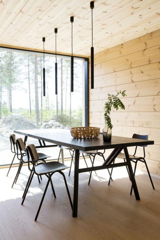Helles Holz im Interieur einheitlicher Look Esszimmer Holzverkleidung der Wände Decke französisches Fenster Blick in den Hinterhof