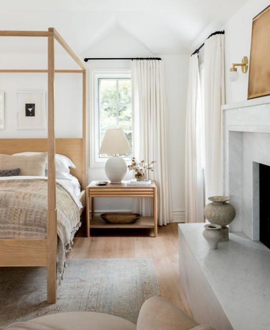 Helles Holz im Interieur einladend wirkendes Schlafzimmer Schlafbett Nachttisch weiße Lampe helle Texturen