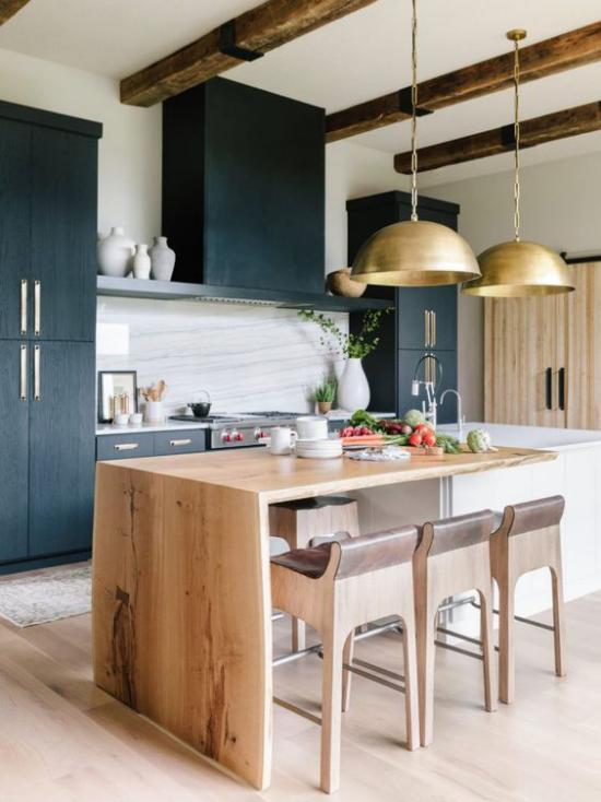 Helles Holz im Interieur schicke Küche Kücheninsel Farbkontraste Weiß Schwarz Goldakzente