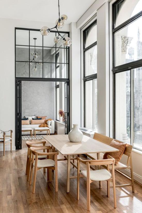 Helles Holz im Interieur sich nahtlos einschreiben ins moderne Wohnambiente Esstisch Stühle