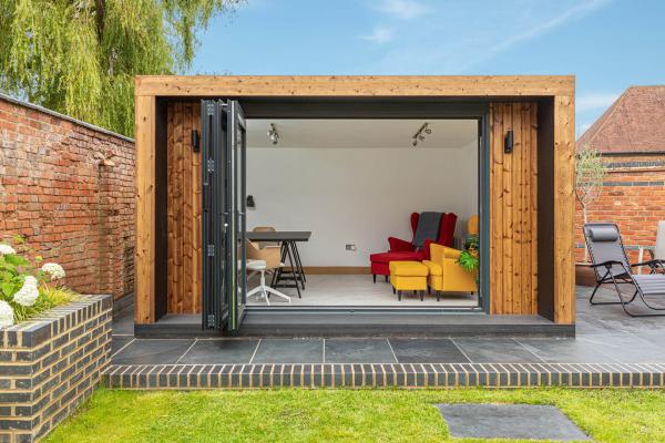 Home Office im Garten Gartenhaus ins Gartenbüro verwandeln Tisch Stühle Sessel Sofa