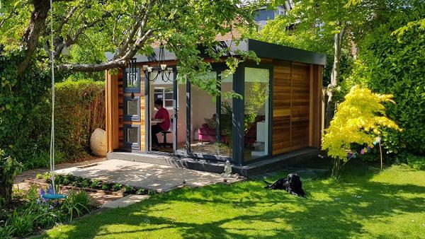 Home Office im Garten in Grün gebettet angenehme Atmosphäre