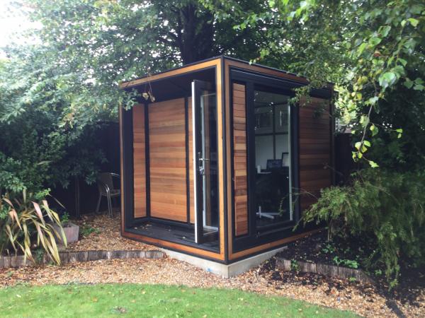 Home Office im Garten inmitten von üppigem Grün arbeiten die Ruhe genießen naturnah wohnen