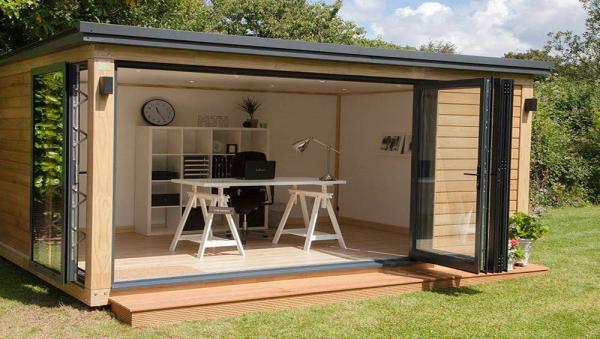 Home Office im Garten sehr moderne Einrichtung drinnen draußen Ruhe viel Grün ungestört arbeiten
