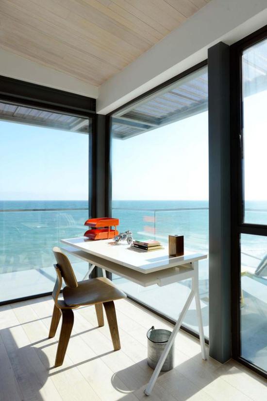 Home Office maritim einrichten direkt an der Küste herrliche Aussicht minimalistisches Design