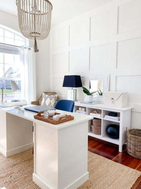 Home Office maritim einrichten einfache Einrichtung Sandfarben Marineblau als Akzente Stuhl Lampe Korb Sisalteppich