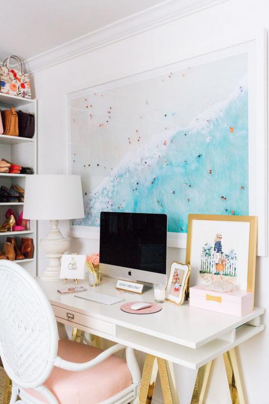Home Office maritim einrichten kleiner Raum großes Wandbild Urlaubsfotos Kinderzeichnung