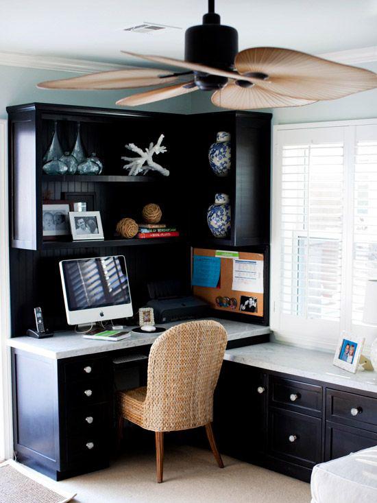 Home Office maritim einrichten modernes Raumdesign sehr dunkles Blau dominiert geflochtener Sessel interessante Deko Artikel