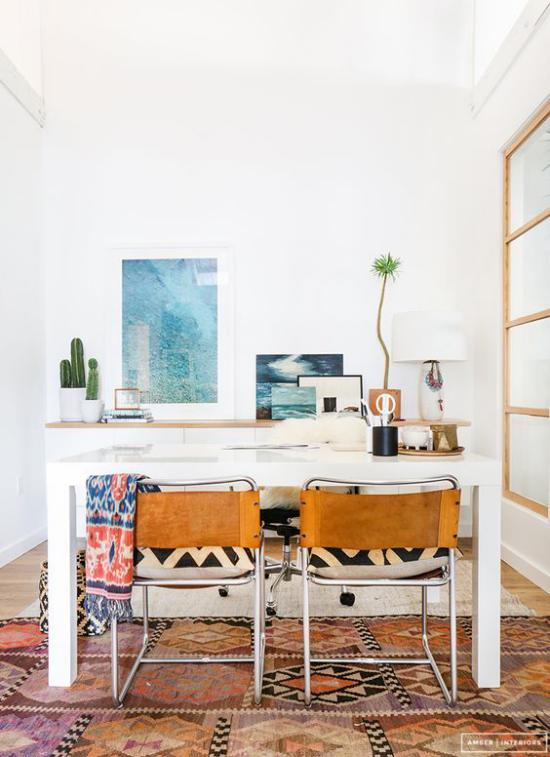 Home Office maritim einrichten schöner marokkanischer Teppich Tisch Stühle Wandbilder Sukkulenten im Topf