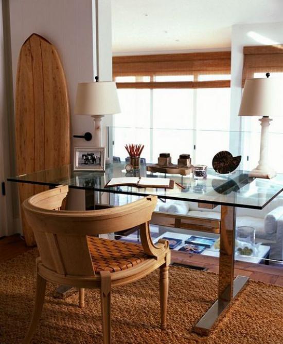 Home Office maritim einrichten starkes Urlaubsfeeling Raumgestaltung in warmem Terrakotta sandfarbene Tischlampe