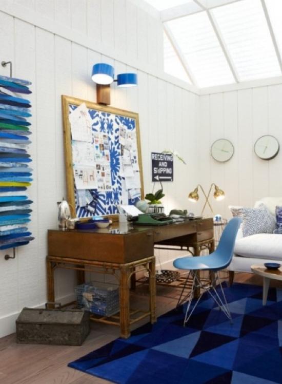 Home Office maritim einrichten verschiedene Blautöne auf dem Teppich im Regal Marineblau Dunkelblau dominieren einfache Raumeinrichtung