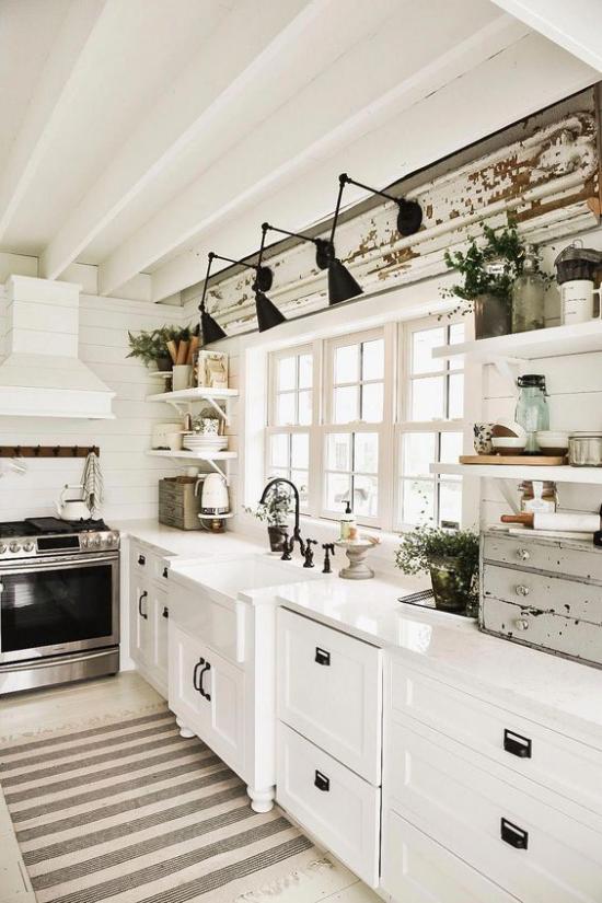 Küchenzeile Retro Stil ganz in Weiß moderne Hängelampen am Fenster