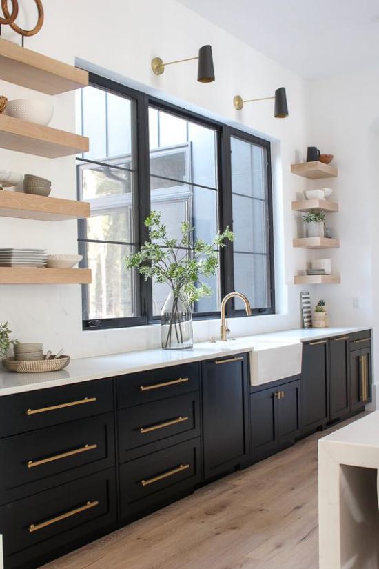 Küchenzeile Schwarz und Weiß im Kontrast klassisches Farbduo schwarze Unterschränke weiße Platte Fenster Regale aus hellem Holz schickes Küchendesign