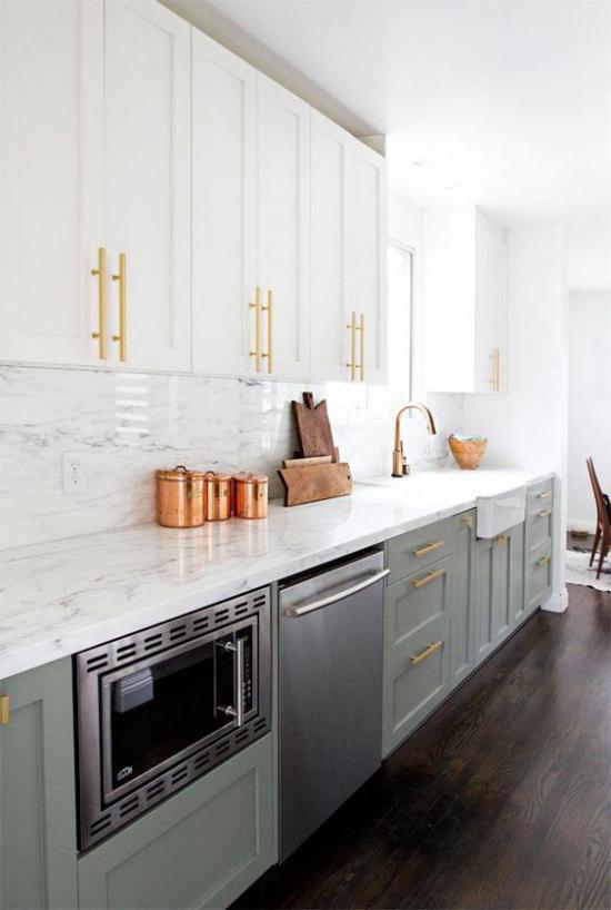 Küchenzeile Unterschränke in Pastellgrün eingebaute Mikrowelle Spülmaschine helle Oberschränke schönes Design