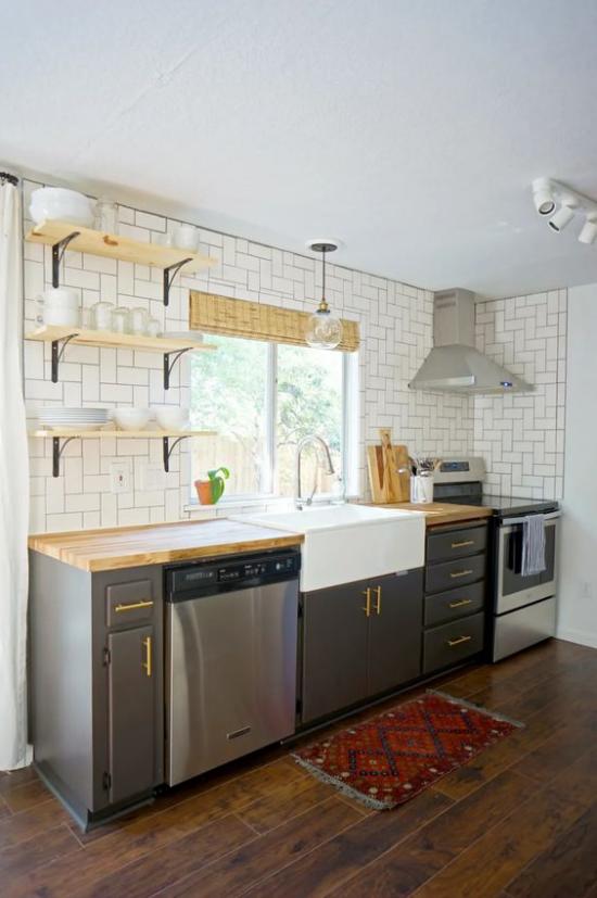 Küchenzeile einfaches Design Retro Stil Wandfliesen links Ziegelwand rechts Ofen Spüle Geschirrspüler