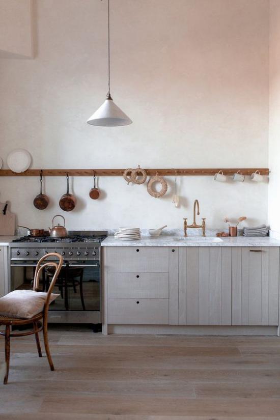 Küchenzeile einfaches design ohne Oberschränke interessante Deko auf Holzleiste