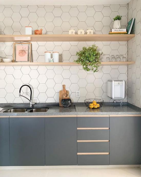 Küchenzeile elegantes Design in Grau geflieste Wand Holzregale gute Anordnung