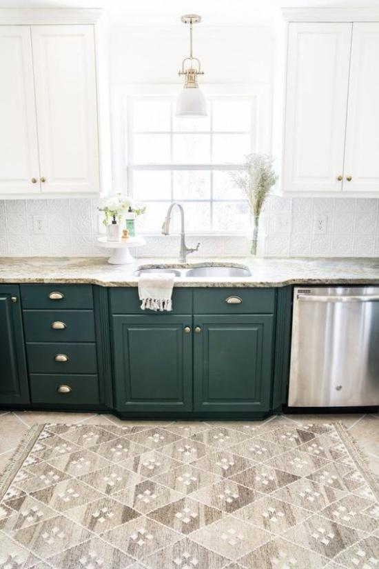 Küchenzeile ideale Höhe der Arbeitsplatte Standard 70 cm smaragdgrüne Unterschränke helle Oberschränke