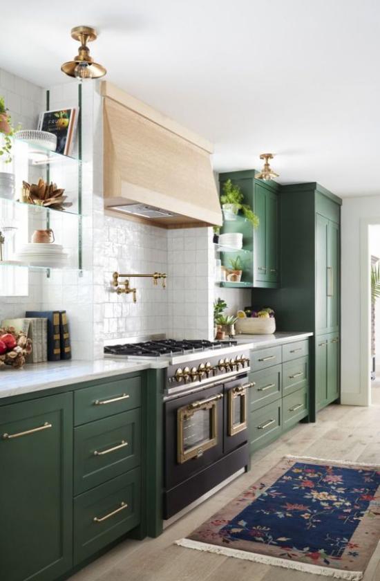 Küchenzeile im Landhausstil viel Wärme ausstrahlen Natürlichkeit dunkelgrüne Ober-und Unterschränke weiße Metro Fliesen