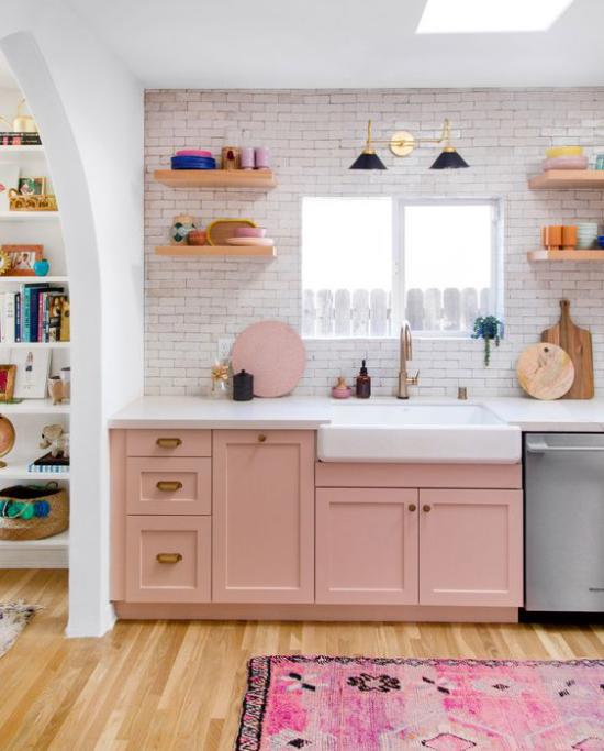 Küchenzeile im Retro Stil Schränke in Altrosa Ziegelwand in Weiß getüncht Teppich Rosatöne