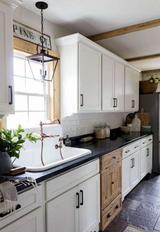 Küchenzeile im Retro Stil große Spüle am Fenster weiße Unter-und Oberschränke Holztüren