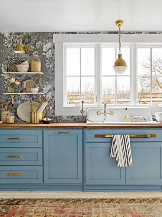 Küchenzeile interessantes Design goldene Akzente Armaturen Tapeten links an der Wand Regal