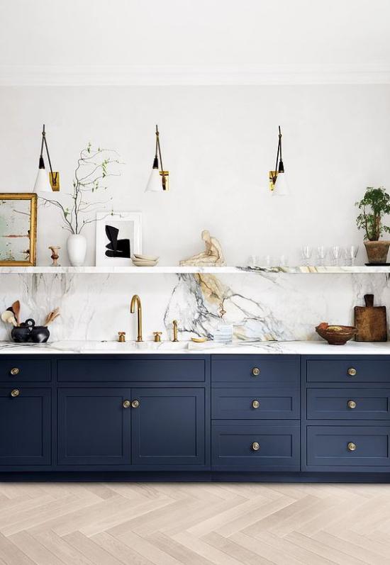 Küchenzeile modernes Design Farbkontraste marineblaue Unterschränke weiße Marmorplatte Regal deko Artikel