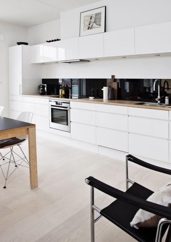 Küchenzeile modernes Küchendesign ganz in Weiß super schick schwarze Küchenrückwand Farbkontrast