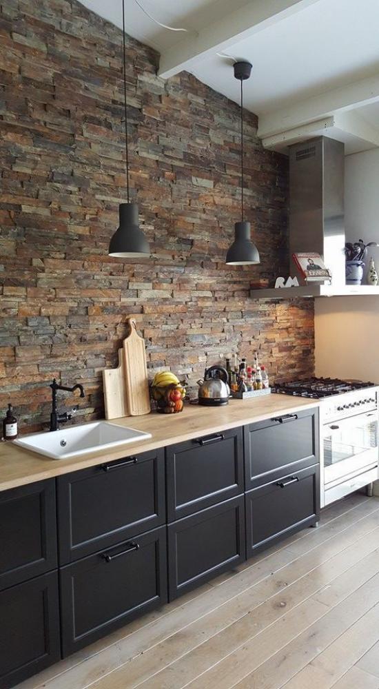 Küchenzeile perfektes Design dunkle Unterschränke keine Oberschränke Ziegelwand in Naturfarben Hängelampen