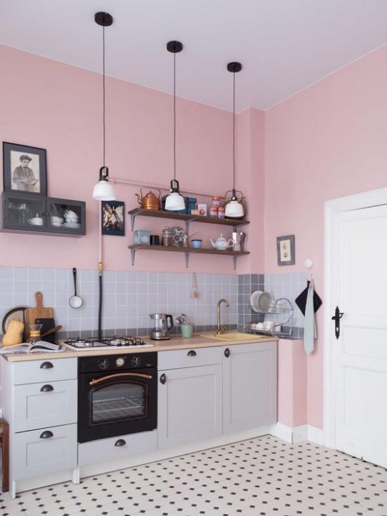Küchenzeile praktisch gestaltet das Beste für kleine Räume graue Küchenrückwand aus Fliesen Hängeleuchten keine Oberschränke offenes Regal