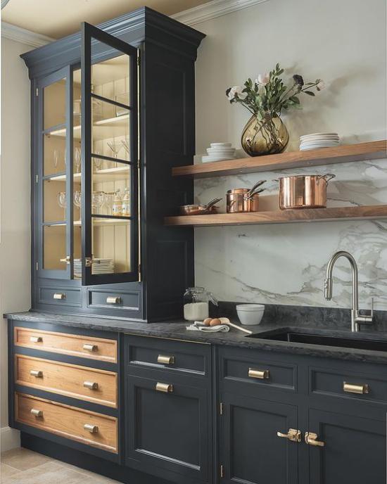 Küchenzeile schönes Design Schrank mit Vitrine schwarze Unterschränke schwarze Arbeitsplatte grauer Marmor Küchenrückwand