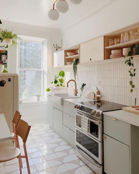 Küchenzeile schönes Küchendesign in Creme grüne Topfpflanzen frische Note