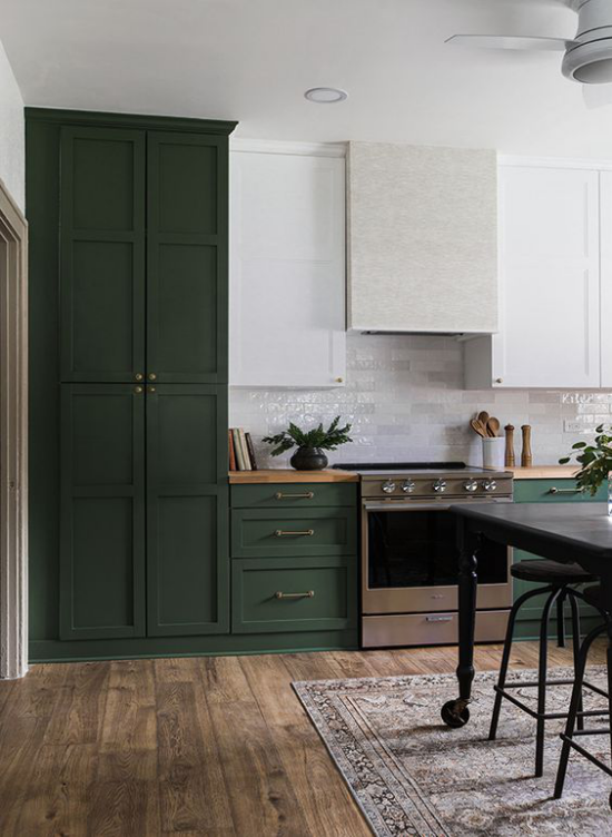 Küchenzeile schönes Küchendesign in Smaragdgrün Herd Dunstabzug zwei weiße Oberschränke Holzboden